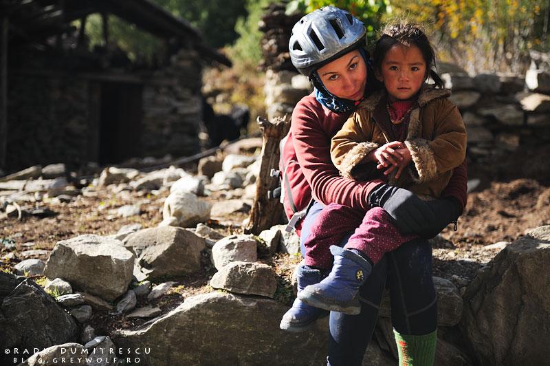 04-biker-girl-nepal-annapurna-circuit-foto-radu-dumitrescu-himalaya-04