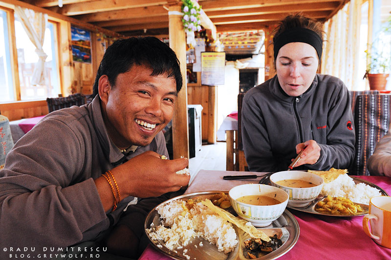 13-nepal-eating-dal-bhat-dhal-lower-pisang-lodge-manang-mountain-biking-annapurna-circuit-foto-radu-dumitrescu