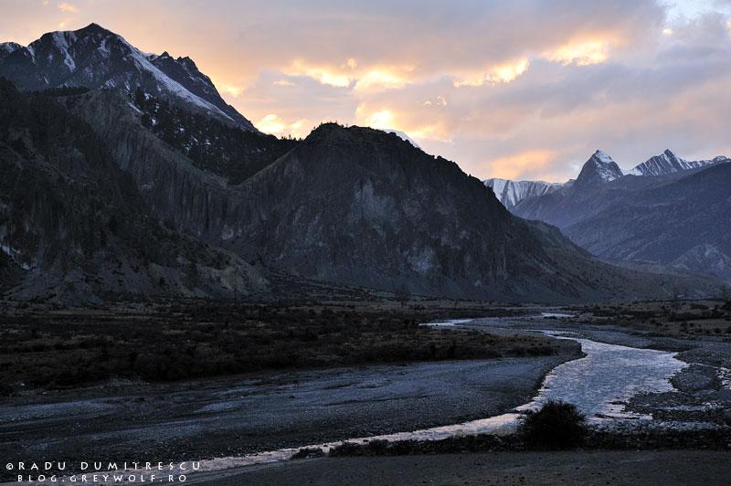 28-landscape-himalaya-braka-sunset-manang-mountain-biking-annapurna-circuit-foto-radu-dumitrescu