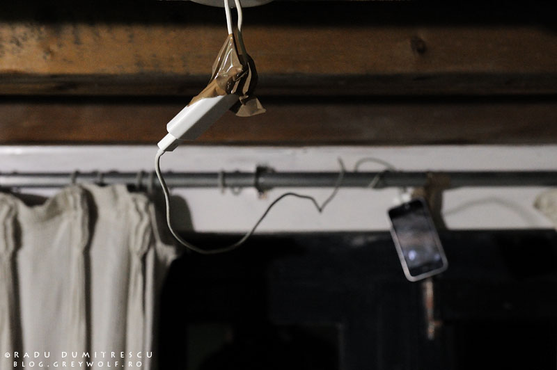 30-nepal-cell-phone-iphone-charging-light-bulb-wires-foto-radu-dumitrescu