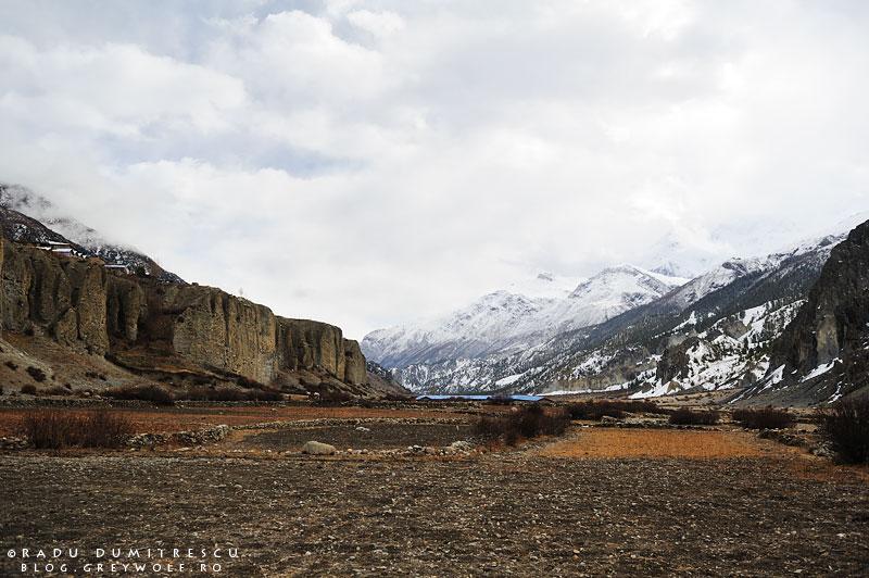 Fotografie de peisaj cu valea Manang, văzută de sub orașul Manang, Nepal.