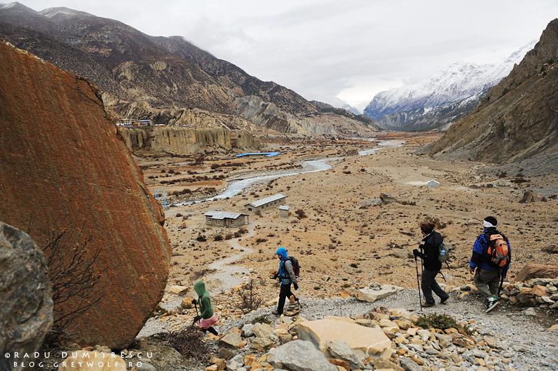 Fotografie de călătorie cu cei 4 prieteni care coboară pe poteca spre Manang, având în spate imensa vale Manang, Nepal, Himalaya 2010. Radu Dumitrescu.