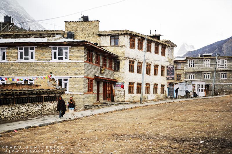 Imagine cu strada din Manang și unul din hotelurile de piatră. Fotografie de călătorie, Radu Dumitrescu, Himalaya, Nepal, 2011.