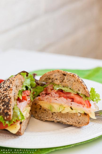 Imagine cu sandwich cu jambon de curcan, avocado, bacon, gouda, salată verde și roșii - fotografie culinară realizată de Radu Dumitrescu