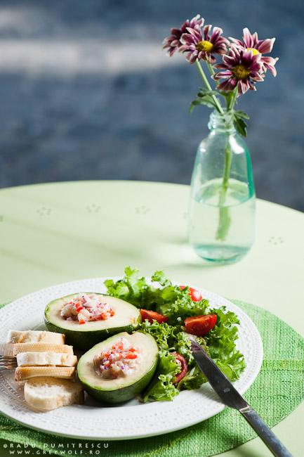 Imagine culinară cu avocado umplut cu salată de creveți, servit la SIMBIO, imagine realizată de Radu Dumitrescu