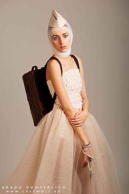 Fashion Designer Carmen Emanuela Popa. Fotografie de studio realizată de Radu Dumitrescu