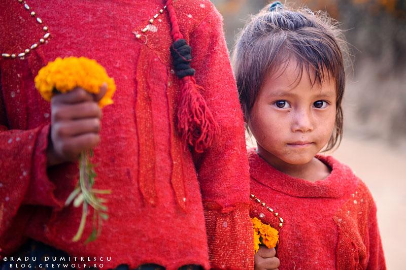 Imagine cu două fetițe din Nepal ținând flori în mână, Nepal 2010.