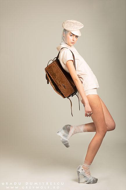 Fotografie de studio cu colecția de modă a lui Carmen Emanuela Popa, realizată de Radu Dumitrescu