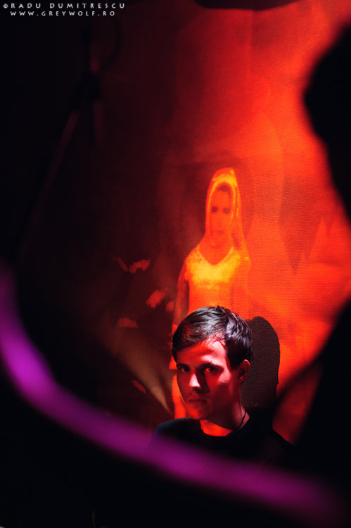 Imagine cu toboșarul trupei Loungerie II în timp ce se uita la fotograf - de Radu Dumitrescu