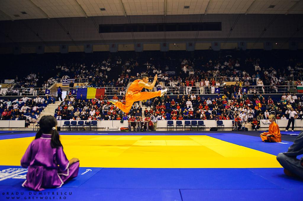 Imagine cu demonstrația de Wu-Shu Kung-Fu în pauza campionatului Balcanic de Ju-Jitsu. Fotografie sportivă Radu Dumitrescu
