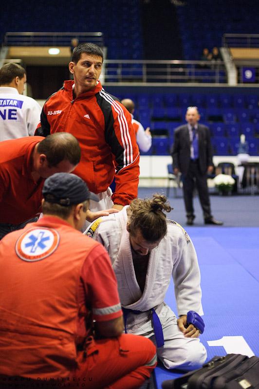Imagine cu Trasca Staicu Rinu Adonis, accidentat în meciul cu viitorul campion Balcanic, Ben Ali Malik. Fotografie sportiva - Radu Dumitrescu