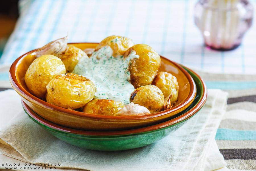 Imagine cu mancare - fotografie culinara - cartofi noi la cuptor