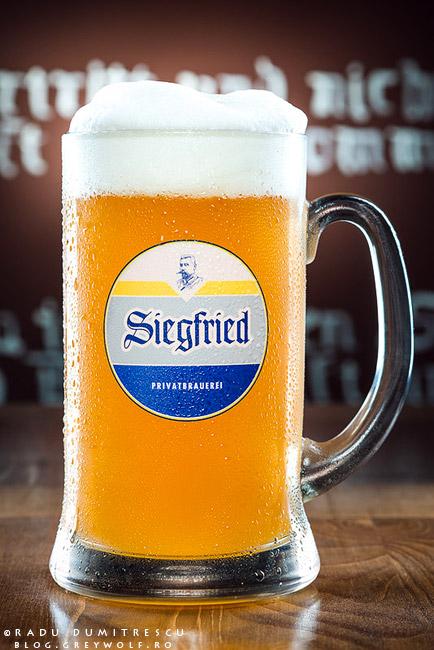 Fotografie de produs reprezentând o halbă de 1 litru de bere nefiltrată, nemțească. Berea de grâu este produsă artizanal în Bavaria și se poate găsi la Berăria Siegfried. Fotografii realizate de Radu Dumitrescu.