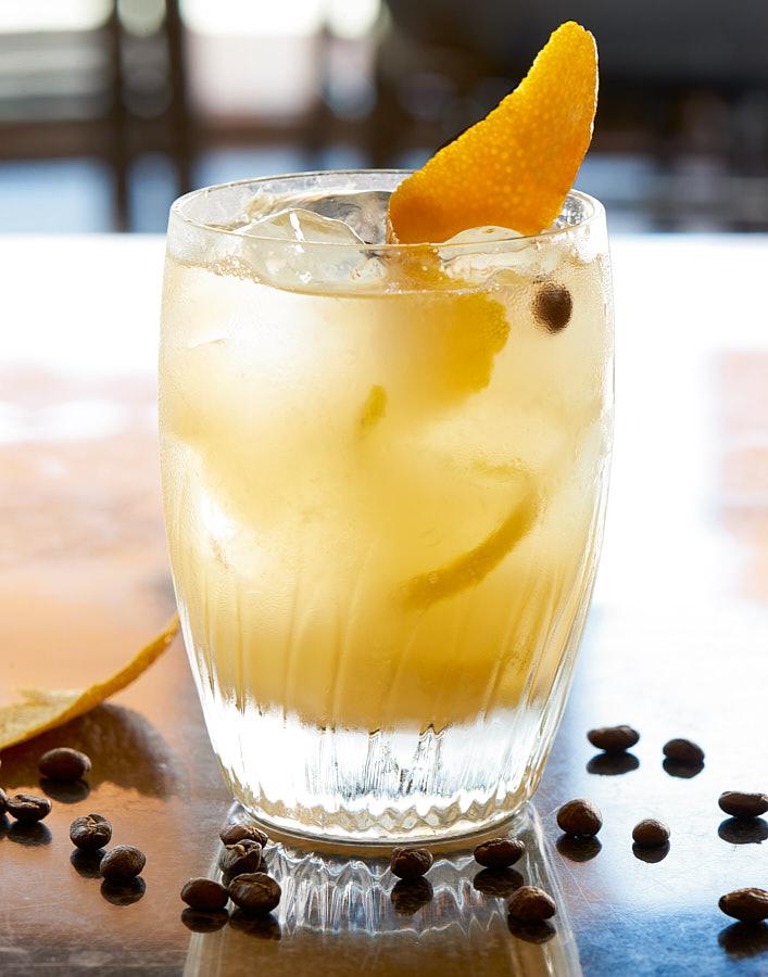 Fotografie cu un cocktail alcoolic cu coaja de portocala si boabe de cafea realizata de Radu Dumitrescu pentru gama Mobexpert Gourmet