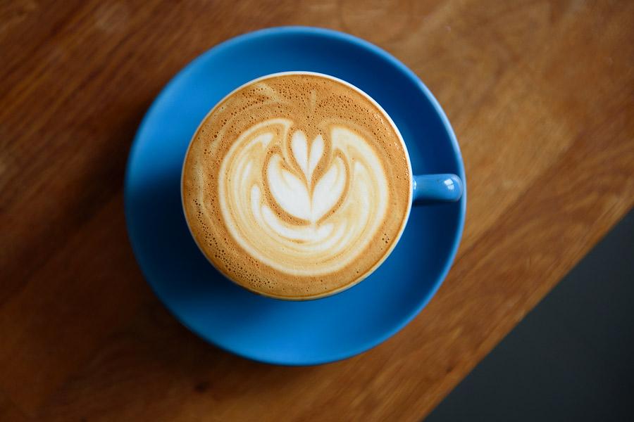 Fotografie de sus a unui cappuccino făcut acasă.