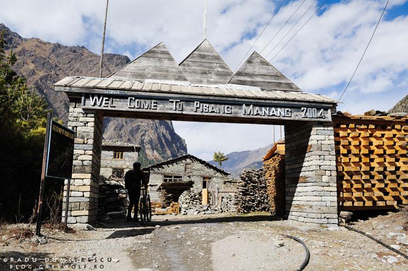 10-lower-pisang-entrance-gate-mountain-biking-annapurna-circuit-foto-radu-dumitrescu