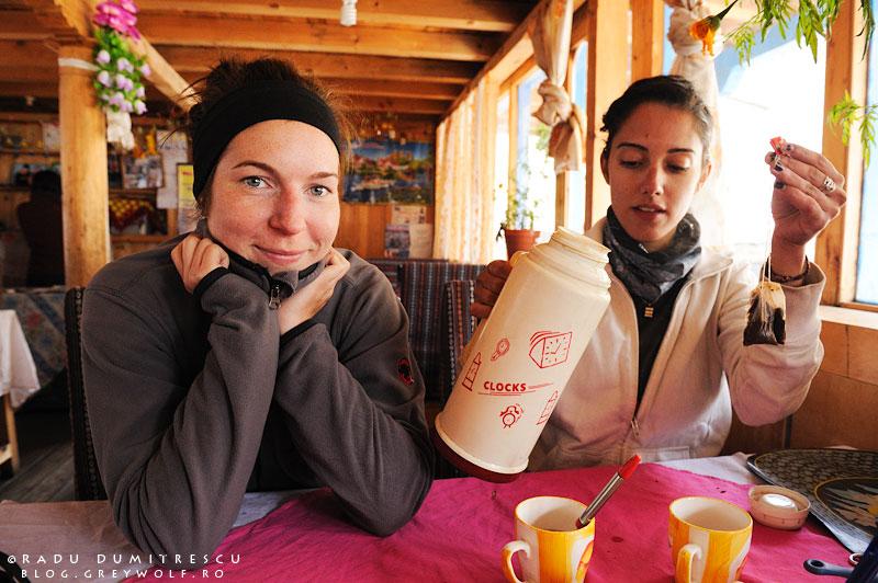 12-lower-pisang-lodge-girls-waiting-manang-mountain-biking-annapurna-circuit-foto-radu-dumitrescu