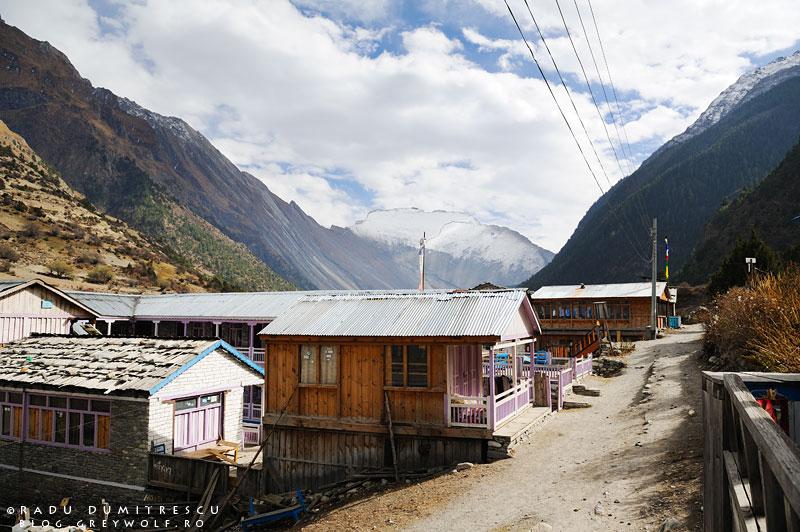 14-nepal-lower-pisang-house-landscape-manang-mountain-biking-annapurna-circuit-foto-radu-dumitrescu