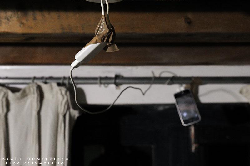 30-nepal-cell-phone-iphone-charging-light-bulb-wires-foto-radu-dumitrescu