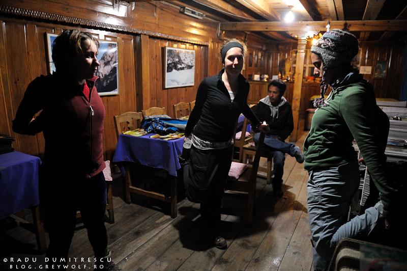 31-trekkers-stretching-braka-guest-house-lodge-tea-sunset-manang-mountain-biking-annapurna-circuit-foto-radu-dumitrescu