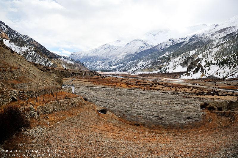 Fotografie de peisaj care ilustrează Valea Manang. Imagine realizată din Manang, privind spre Braka, Nepal.