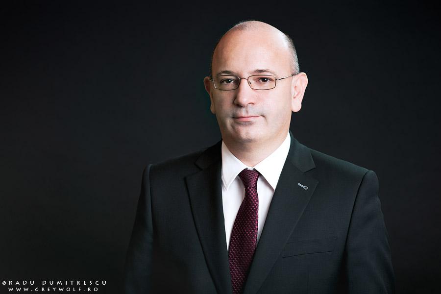 Fotografie corporate - portret business al lui Razvan Ziemba, director general Network One Distribution (fosta Asesoft), fundal negru.