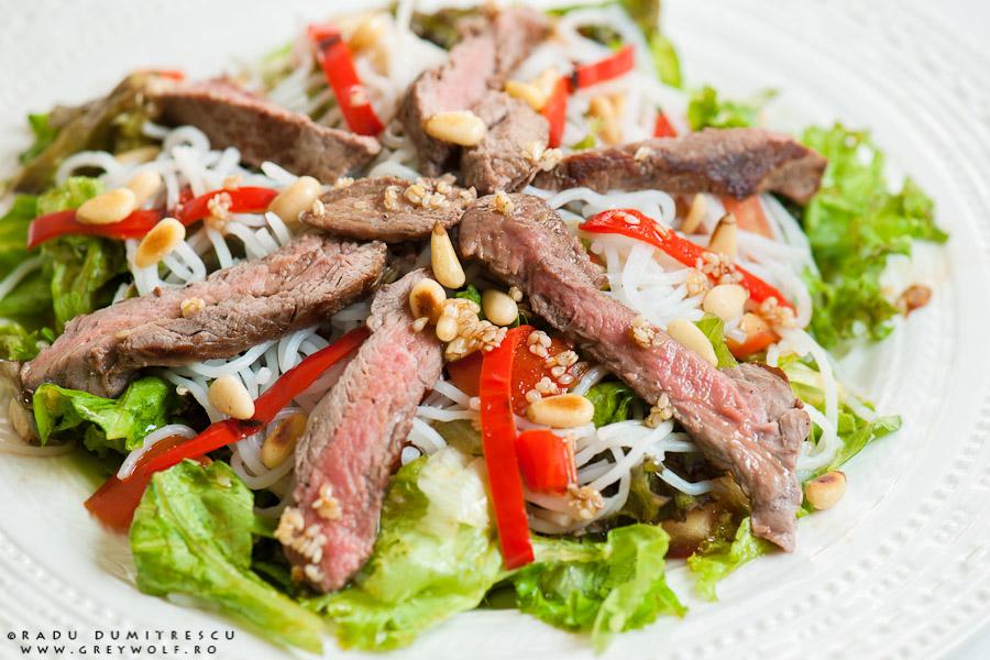 Imagine culinară cu asian beef salad, făcută cu mușchi de vită la grătar, ardei copți, salată vede, paste de orez și muguri de pin, realizată de Radu Dumitrescu