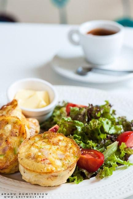 Imagine cu un mic dejun la SIMBIO - fritatta italiană, salată, unt și cafea - fotografie culinară realizată de Radu Dumitrescu