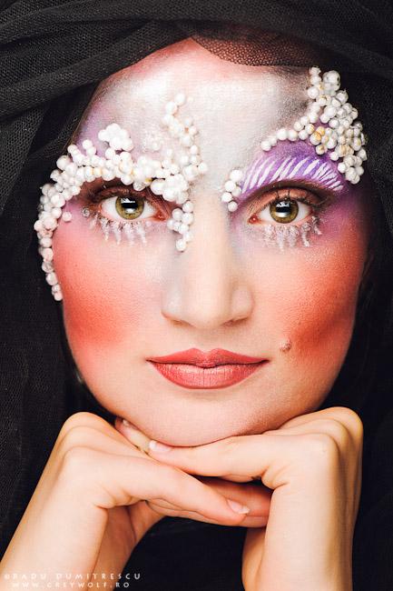 Fotografie portret closeup cu ochii deschisi reprezentand  un machiaj realizat de makeup artist Ioana Iordache