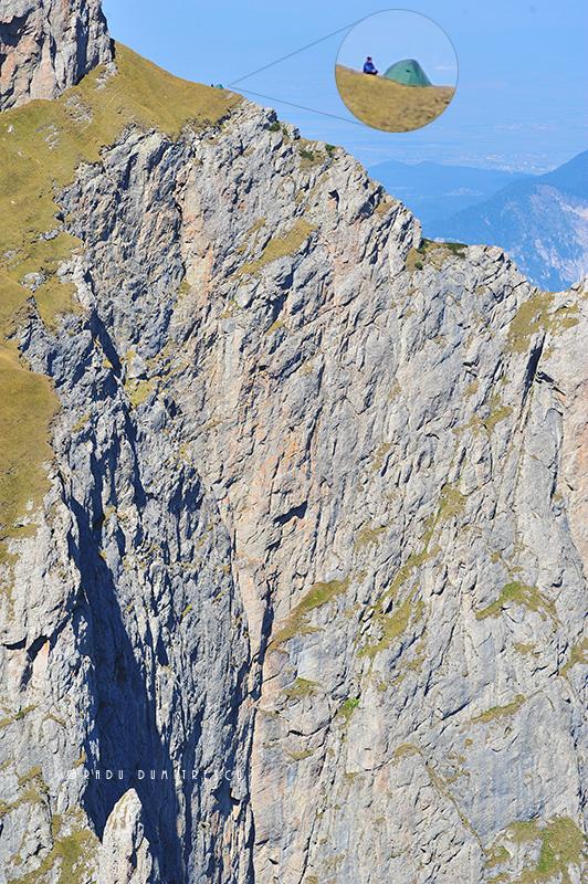 Imagine cu un cort pus pe Brâna Mare a Coștilei, deasupra Peretelui Văii Albe, sub Hornul lui Gelepeanu - de Radu Dumitrescu