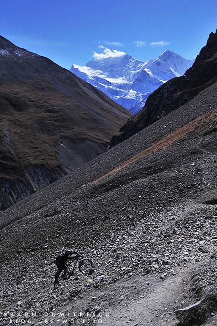 Imagine de călătorie, aventură, urcând spre Thorong La High Camp, la 4950m altitudine cu bicicleta - mountain bike - Circuitul Annapurna