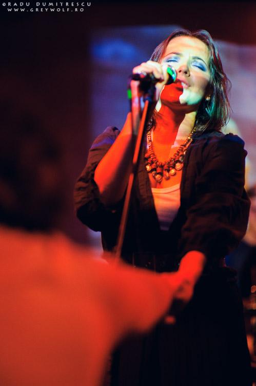 Imagine cu solista formației Loungerie II, în timpul concertului de la Club Panic, București. Fotografie de concert de Radu Dumitrescu.