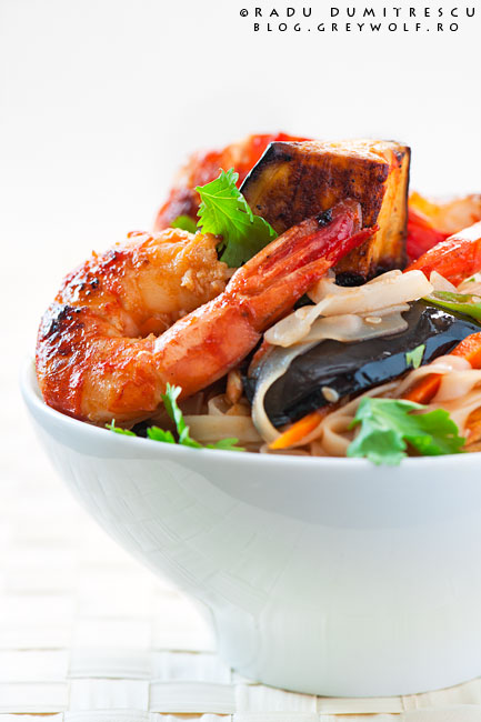 Fotografie culinară cu mâncare thailandeză cu vinete și creveți