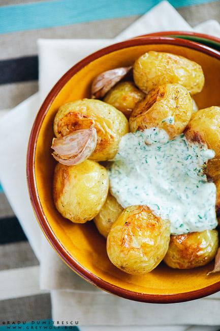 Imagine cu mancare - fotografie culinara - cartofi noi la cuptor - poza cu mancare