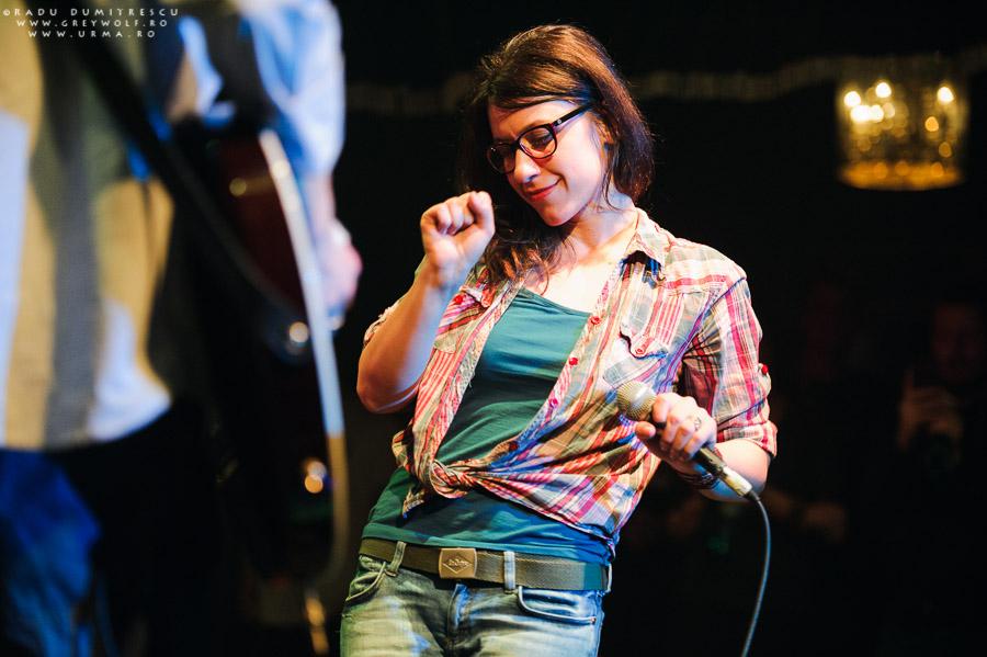 Catrinel Bejenariu (voce) în timpul concertului Urma - 10 ani, Silver Church, București.