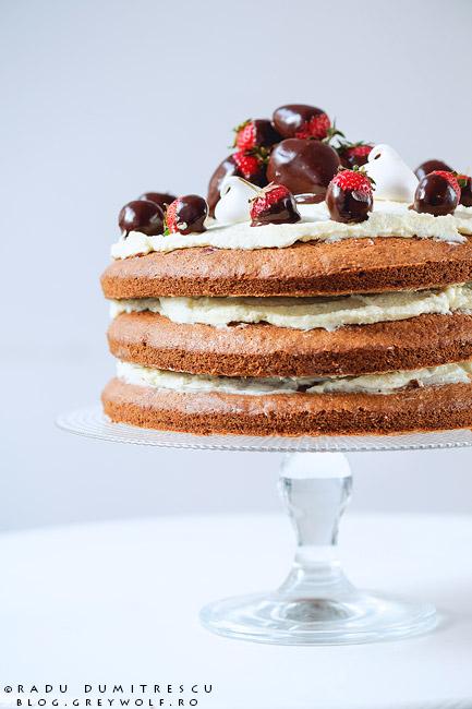 Fotografie culinară reprezentând un tort naked realizat de cofetăria PlayBake. Tortul este compus din trei blaturi de carrot cake, având între ele cremă de mascarpone și căpșuni glazurate cu ciocolată. Fotografie realizată de Radu Dumitrescu