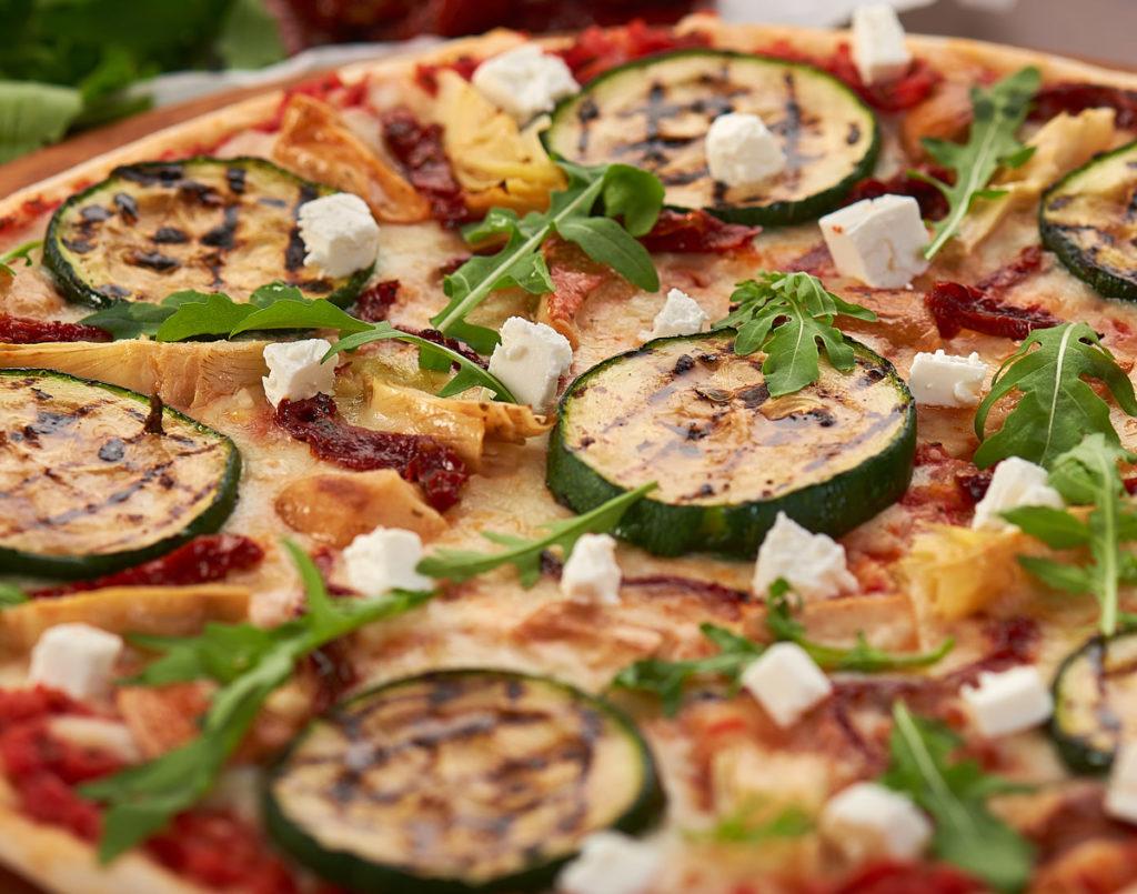 Detaliu cu zucchini din pizza Trenta Verdure Artigianale. Fotografie culinara close-up București.