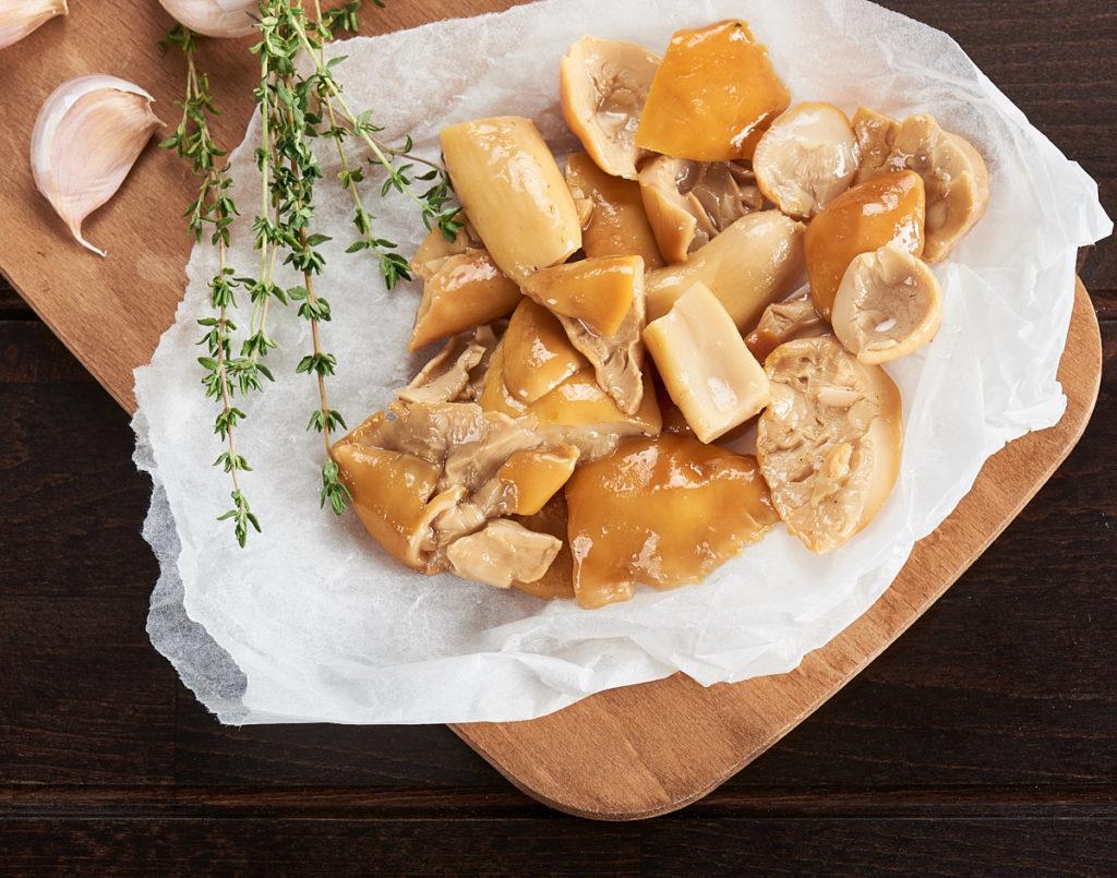 Fotografie culinară cu ingredientele Trenta Pizza Artigianale - ciuperci porcini și ierburi aromatice