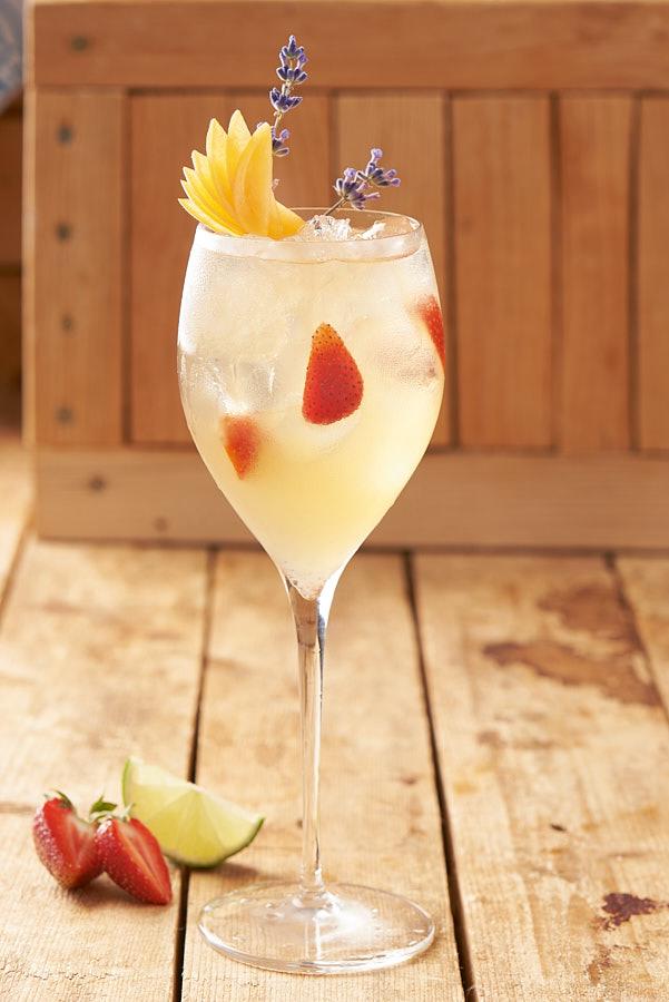 Fotografie cu un cocktail cu vin alb, lime și căpșuni de la ședința de fotografie culinara pliant Mobexpert Gourmet.