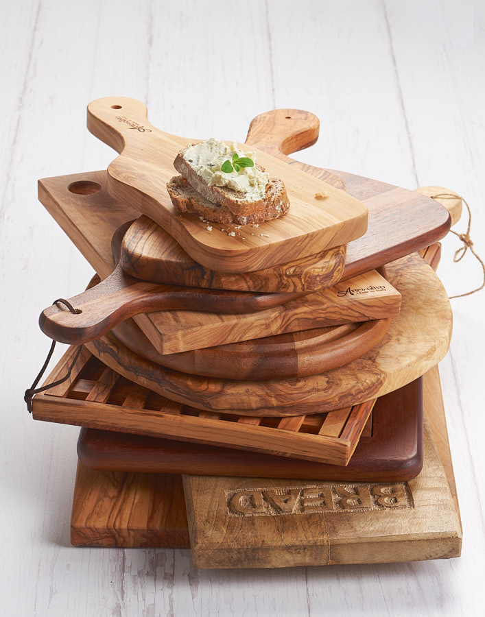 Fotografie cu tocatoare de lemn asezate in stiva, realizata pentru Mobexpert Gourmet.