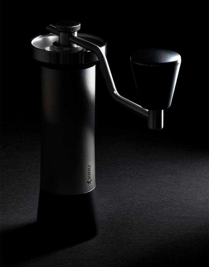 Fotografie de produs pe fundal negru cu rasnita de cafea de specialitate Kinu M47