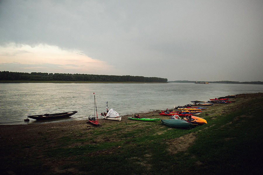 Caiace la malul Dunării