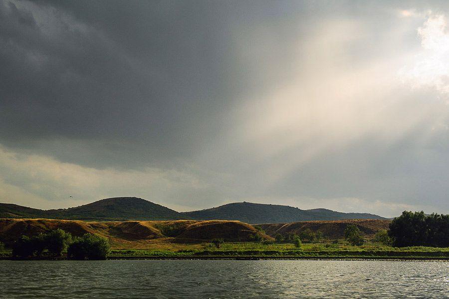 Peisaj cu malul Dunării, văzut din caiac.